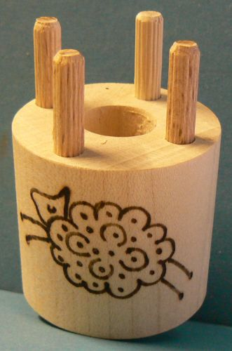 Bobbin with 4 wooden pegs